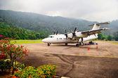 Самолет в аэропорту на острове Тиоман. Малайзия — Стоковое фото