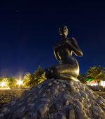 Sahilde kadın heykeli. — Stok fotoğraf