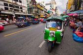 "Taxi via tradizionale ""tuk-tuk"" attende i passeggeri — Foto Stock"