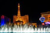 De muzikale fonteinen op de toren van eiffel hotel parijs achtergrond — Stockfoto