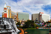 Waterfall of Mirage Hotel&Casino on the background of the famous — Stock Photo