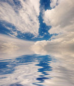Reflejo del cielo azul — Foto de Stock