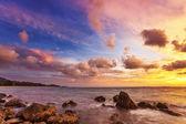 Tropikalnej plaży o zachodzie słońca. — Zdjęcie stockowe