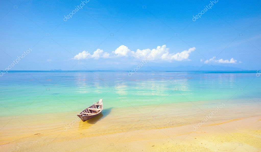 Boat and beautiful blue ocean — Stock Photo #8752190