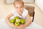 Child with apples — 图库照片