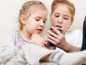 Dzieci z telefonu komórkowego — Zdjęcie stockowe