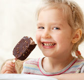 Girl eating ice cream — Stock fotografie