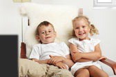 Children watching TV — Stockfoto