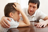 Père réconforte un enfant triste — Photo
