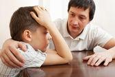 父亲安慰伤心的孩子 — 图库照片