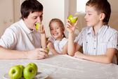 りんごと家族 — ストック写真