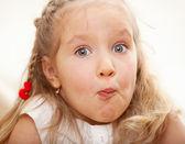 顔をゆがめた子 — ストック写真