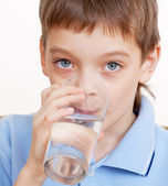 Child drinking water — Foto Stock