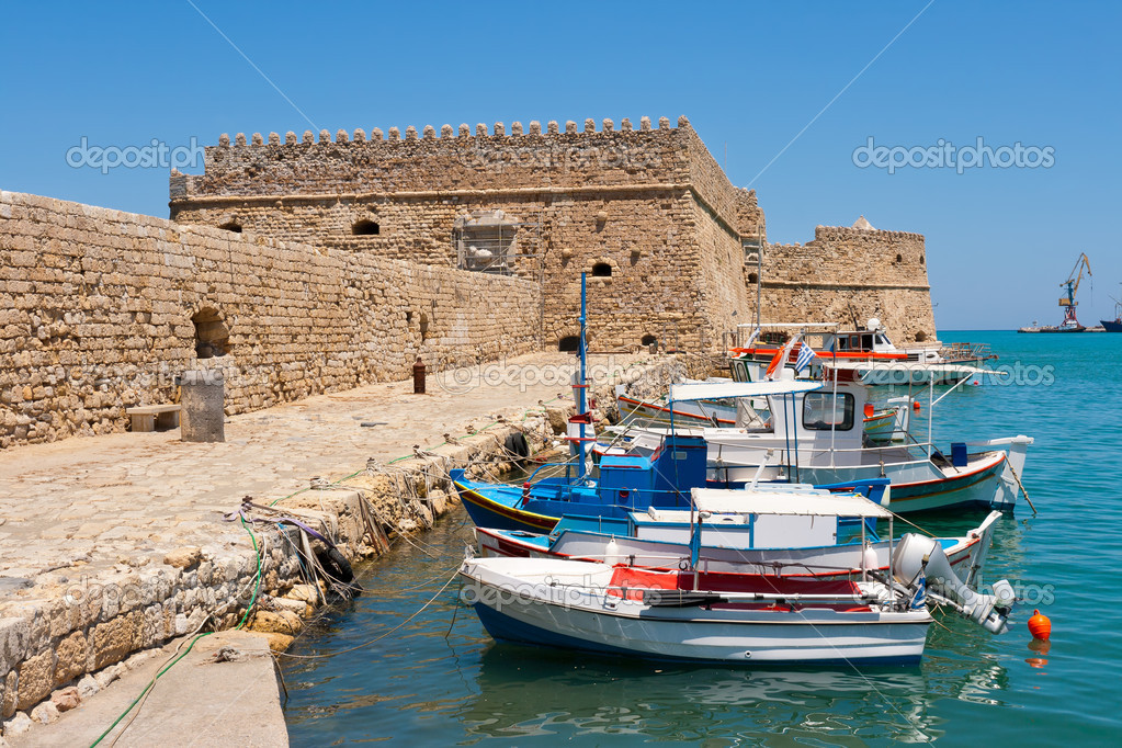 Fishing boats and Venetian Fortress in Heraklion harbour. Crete, Greece — Stock Photo #9617562