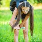mulher procurando insetos através de lupa — Foto Stock