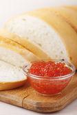 Schnitt laib weißbrot und kaviar — Stockfoto