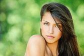 Mladá krásná žena s odhalenými rameny — Stock fotografie