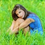 portret młodej kobiety pięknej, siedząc na trawie — Zdjęcie stockowe #10561035