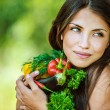Woman with bare shoulders holding vegetable — Stockfoto