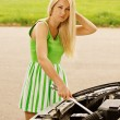 Young woman repairing car - Stockfoto