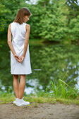 Jovem mulher perto do lago — Foto Stock