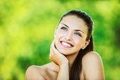 Mulher com ombros nus ri e olha para cima — Foto Stock
