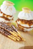 Trigo se pega con torta y chocolate glaseado — Foto de Stock
