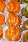Tasty little tarts with tangerine and kiwi fruit — Stock Photo
