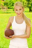 Hermosa joven deportista con balón de rugby — Foto de Stock