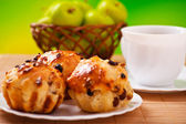 Cake with raisins, cup of coffee, tea, apples — Stock Photo
