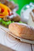 Bun, fried chicken drumsticks with vegetables — Stock Photo