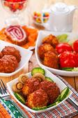 Karbanátky, okurky, rajčata, houby, sladké pečivo, ovoce, s — Stock fotografie