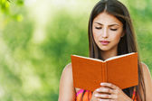 Libro de lectura chica hermosa — Foto de Stock