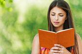 Livre de lecture de belle fille — Photo