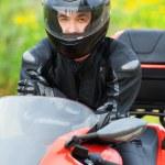 portrét příjemný mladý muž sedí motocyklu — Stock fotografie