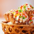 Few cakes in wicker basket - Foto Stock