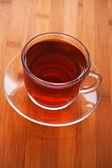 杯 (茶,咖啡) 反对木桌 — 图库照片