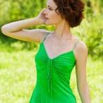 ragazza con cellulare outdoors — Foto Stock