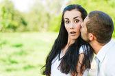 Adam ın yanağını kadına öper — Stok fotoğraf