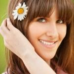 Крупным планом портрет женщина с цветком в волосах — Стоковое фото