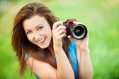 Jeune femme souriante avec caméra — Photo