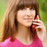 Молодая девушка говорить на сотовый телефон — Стоковое фото