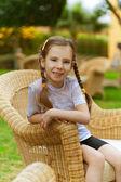 小女孩坐在藤椅 — 图库照片