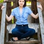 mujer joven sentada en la escalera de madera — Foto de Stock