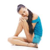 Mulher bonita sentada no chão — Fotografia Stock