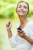 Bella donna ascoltando musica — Foto Stock