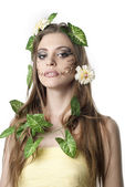 Hermosa joven con flores, hojas en su pelo y origi — Foto de Stock