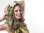 彼女の髪と滑葉と花、美しい若い女性 — ストック写真