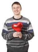 Stilig ung med rött hjärta ballong — Stockfoto
