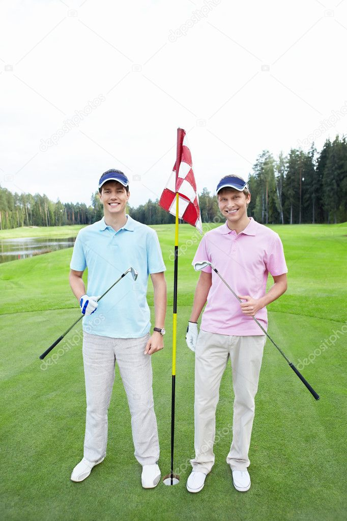 Two players at the hole on the golf course — Stock Photo #8129781